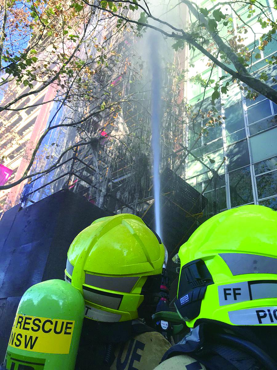 [有片] 雪梨市大廈棚架起火 建築工人攀樓頂逃生